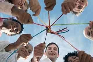 Menschen halten sich mit Fäden verbunden