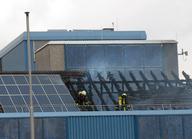 Löscharbeiten an einem Gebäude mit einer Photovoltaikanlage (© Stadt Köln/Berufsfeuerwehr)